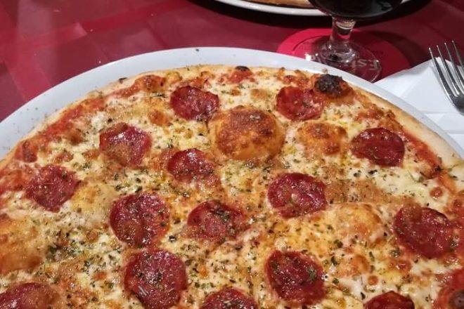 Die riesige Pizza Peperoni