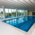 großes Indoorschwimmbad