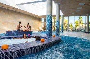 Mit Indoor-Schwimmbad