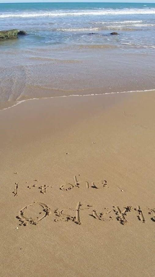 """Frohe Ostern"" Grußkarte im Sand"