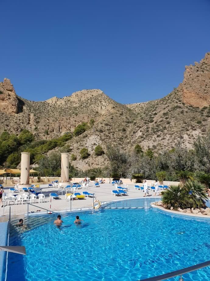 Pool mit Rio Segura und Bergen