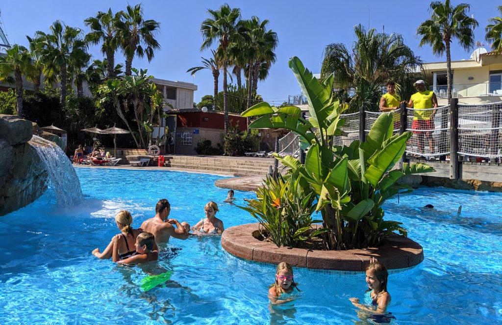 Im Pool des Resort - unten im Ort