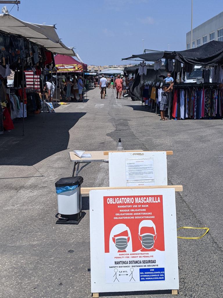Eingang zum Markt mit Hinweis und Desinfektionsmittel